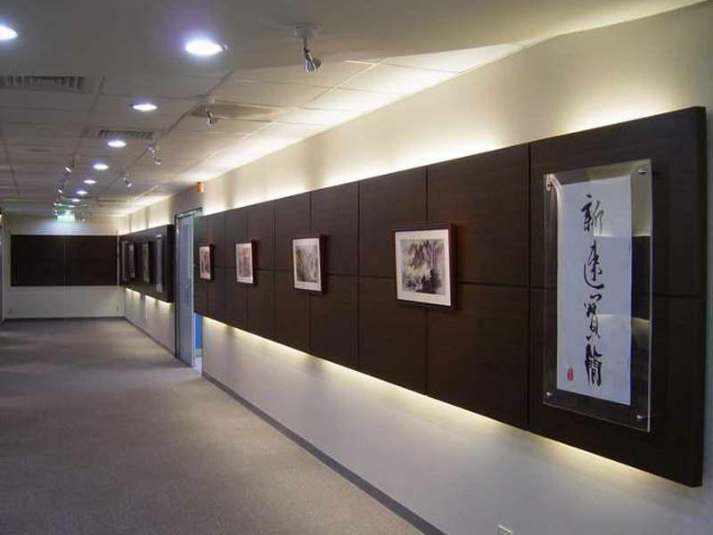 """办公室文化墙装饰画选择 有文化底蕴的公司在保证办公室装修质量的同时,还要考虑如何有特色的把公司文化融于其中,通常的方法有两个,一个人在整体的办公空间设计中把企业文化元素logo标志以及所做的产品融入其中,另外一个方法就是办公室文化墙设计,在办公室装修中利用""""文化墙""""来展示公司的文化与形象已经成为一种时尚,公司的文化墙具有展示公司文化和企业形象以及公司实力的作用。公司的文化墙代表着公司的档次和品味,以及公司多年来经验的积累,是一笔财富。  当然文化墙装修的形式是各种各样的,有的企业在"""