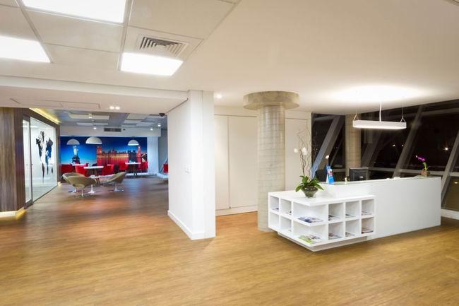 在办公室装修中节省空间的布局方式是一个很好的想法,开放式空间