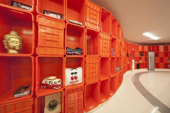 装修公司设计师别出新裁在办公室的两侧,装饰了由橙色的塑料盒子