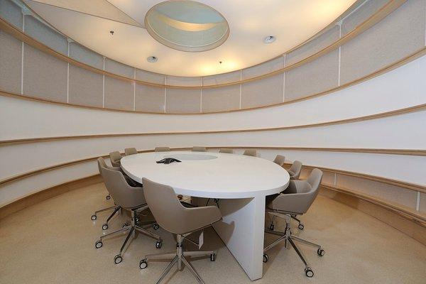金融机构办公室装修,迪家专业办公室装修公司设计师将鼎文化源远流长的寓意融汇到整个室内空间,整个办公空间色彩以暖色调为主,并揉入现代中式色彩加以点缀典雅又具高品味,办公室被一个个造型别致的旋转型木质或竹制结构圈在里面,有的像巨型灯笼,有的像鸟巢,仰首可以透过天窗看见银行的大楼。而在功能分区上,北向以办公为主:设有前台、经理室、开放式办公区、洽谈区及打印等功能。而南向则以接待及会议为主:设有会议室、休闲区、贵宾接待室、财务室和董事长等功能。 开放区域的办公空间与休息处看起来很是随意金融机构具现代潮流之巅的形象