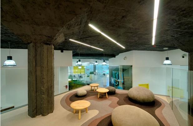 上海3D设计公司办公室装修,这家一家专业从事3D设计企业,公司的主要业务就是3D设计,经过和企业负责人的多次沟通迪家专业办公室装修设计师将办公空间设计中各工作单元呈现出多层次的3D风格,既体现了公司的主要经营业务而且和pc蛋蛋平台相融合,整个办公空间设计走创新的形式不拘泥于一般的办公空间格局和色调,在办公空间色调设计上迪家设计师巧妙的用有色玻璃墙点亮了整个办公空间,员工休息区设计的特别有意思仿佛进入到森林中发现了很多的蘑菇,  员工休息区设计  公共空间设计  员工办公区设计  接待区设计 迪家装饰专业从事办