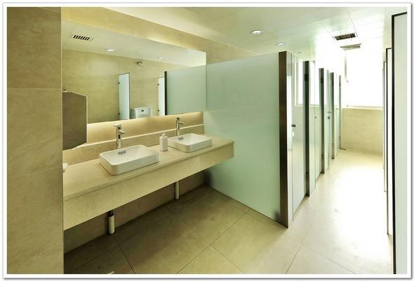 厕所装修   天津装修空间功能--办公室装修之洗手间效果图   高清图片
