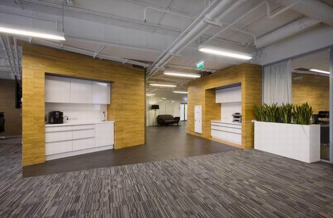 商务办公室装修设计效果图,商务办公室装修空间布局要做到个人和集体空间系统相互沟通;办公环境给人们的生理和心理满足;从功能出发考虑空问划分的合理性;提高个人工作的集中力等,商务办公室装修室内设计要根据建筑物的使用性质、所处环境和相应标准,运用物质技术手段和建筑设计原理,创造功能合理、舒适优美、满足人们物质和精神生活需要的室内环境。商务办公室空间环境设计既具有使用价值,满足相应的功能要求,同时也反映了历史文脉、建筑风格、环境气氛等精神因素,商务楼办公室装修是综合的室内环境设计,它包括视觉环境和工程技术方面的问