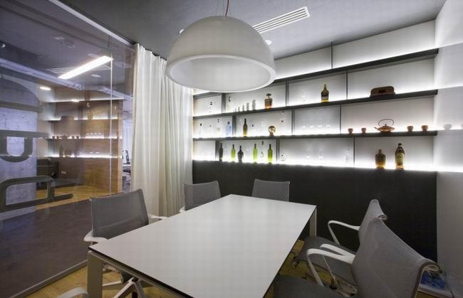 商务办公室装修设计效果图,商务办公室装修空间布局要做到个人和集体空间系统相互沟通;办公环境给人们的生理和心理满足;从功能出发考虑空问划分的合理性;提高个人工作的集中力等,商务办公室装修室内设计要根据建筑物的使用性质、所处环境和相应标准,运用物质技术手段和建筑设计原理,创造功能合理、舒适优美、满足人们物质和精神生活需要的室内环境。