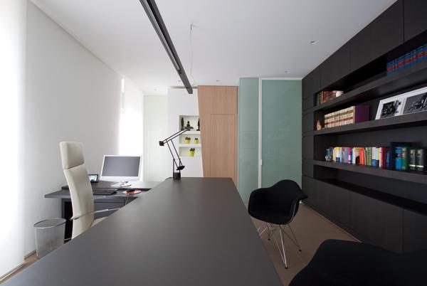 """律师事务所办公室装修,律师事务所的设计需要明确的空间设计概念严肃、专业、信心是律师事务所设计的核心价值表现,迪家公司设计师采用了现代手法进行设计,贴合企业需求来进行空间布局,并且融入了律师事务所的VI设计元素,颜色搭配没有多余的配饰和色彩 利用黑、白以及原木的颜色来装点整个空间和企业VI设计色彩相契合,亮点是它的隔断墙,带着规律性的""""凹凸不同"""",轻微的几何风,律师事务所装修似乎都在传达他们的理念简单、严谨、仔细、 充分体现企业文化内涵。  律师事务所办公室设计  律师事务所办公室设"""