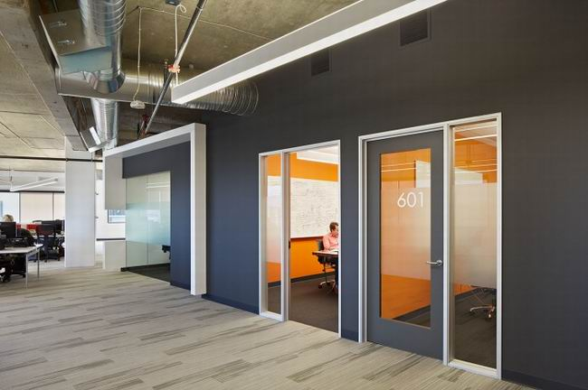 ,大型科技公司硕大的空间可以容纳500多名员工,员工办公区有半开放式多个色彩丰富的小隔间,可以保证员工在独自思考的同时又能拥有美好的心情,有的员工办公区是封闭式的还有的员工办公区是完全开放式的,休息区与就餐区以绿色为点缀,不经修饰的屋顶都让员工在这可以得到暂时的放松.