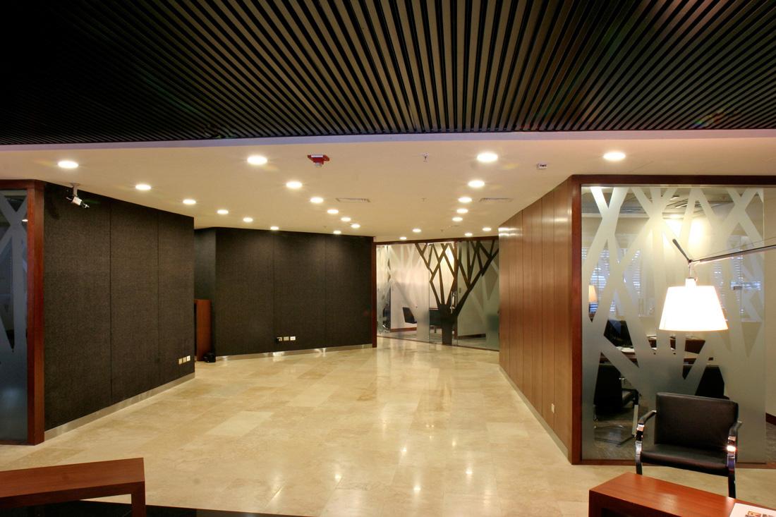 办公室吊顶龙骨架安装  一、施工准备 1、材料与技术准备 (1)审查图纸,制定施工方案,绘制主龙骨走向及分格图,制定空调排风孔、检查孔、照明(灯箱、灯槽)孔安装方案,制定施工顺序及节点样图,进行技术交底。 (2)按施工设计图纸计算所需材料的种类、规格和数量,留有的余量一般在5%-8%,计算时要首先确定主龙骨的走向,改变主龙骨的走向,则其配套材料也会随之改变。 (3)材料要分类堆放,防寸、防潮、离地面10cm以上 2、基层处理 (1)吊顶基层必须有足够的强度,并清除顶棚及周围的障碍物,对灯饰、舞台灯钢架等垂