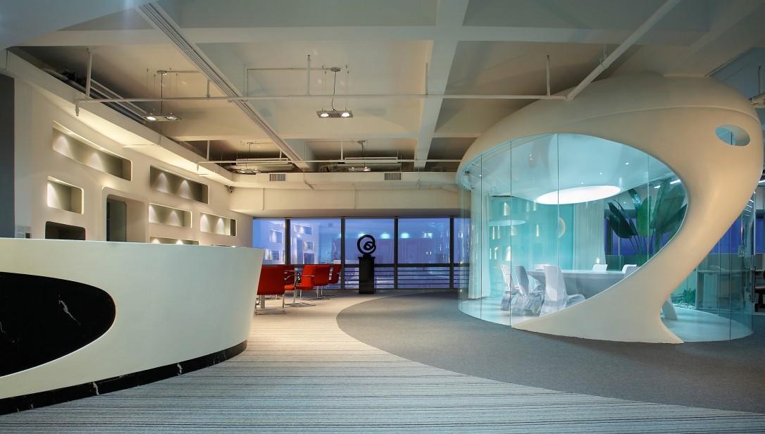 创意办公室设计四;这个办公室设计最大的亮点就是在前台附件的会议图片
