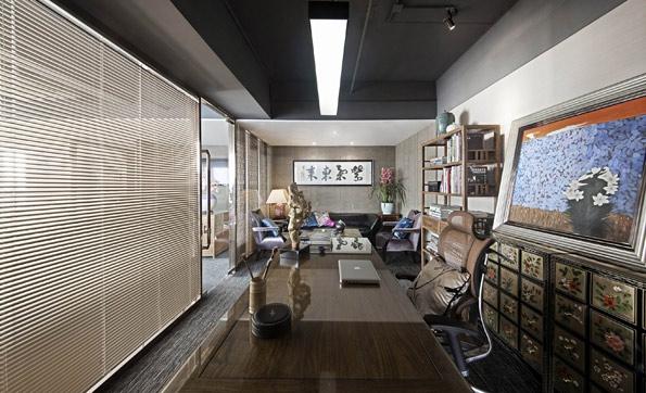 老板办公室装修也没有使用传统中式装修的红木中式隔断也是使用的