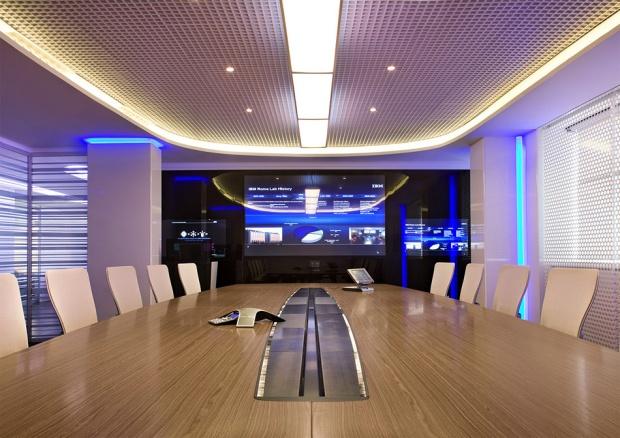 设计师对新媒体办公室设计通透的空间层次,贯通的线性因素,暴露的空间图片