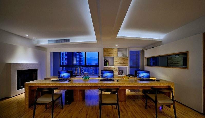 雅致简约现代办公室装修设计,办公室设计达到雅致的境界就是办公室设计的效果是美观而不落俗套高雅所以如果办公室装饰出雅致的效果需要考验专业办公室装修设计师的功力,下面这个简约办公室设计案例是具有现代简约风格的办公室设计达到雅致的装饰效果。  现代简约办公室装修,前台是双层前台设计第一层是大理石台面提示办公室设计的档次,工整、稳重的办公空间,既保持了企业的严谨态度,又形象展示出企业文化内涵。前台背景墙是个书架但是使用了原木色的实木板来分隔不同层次的书架背景墙,进门处一个小装饰柜可以放置绿色植物来给空间增添一点绿