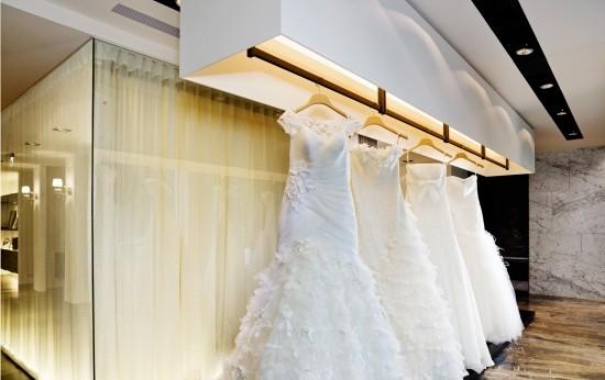 上海高档婚纱摄影工作室装修,这是一家高档婚纱摄影工作的工作室,婚纱都是比较高档的所以业主就明确要求对于工作室的设计也定位在中高档,婚纱摄影工作室开敞式空间设计,婚纱摄影工作室空间划分为接待区、婚纱展示区和高档婚纱展示区几个区域,婚纱摄影工作室在装修材料的运用上设计师也是比较的讲究,  上海高档婚纱摄影工作室装修,接待区设计3个联排的简欧牟钉沙发、墙面是亮光白色的有层次感的装饰墙面其中镶嵌2个电视在展示公司以往拍摄比较经典的婚事摄影展,以及公司的成就。