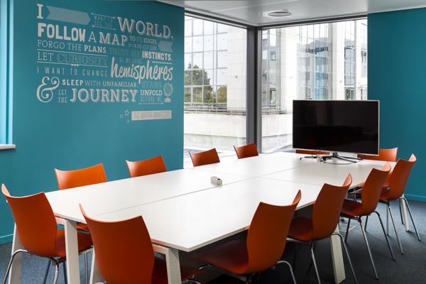 办公室设计用蓝绿色点亮空间