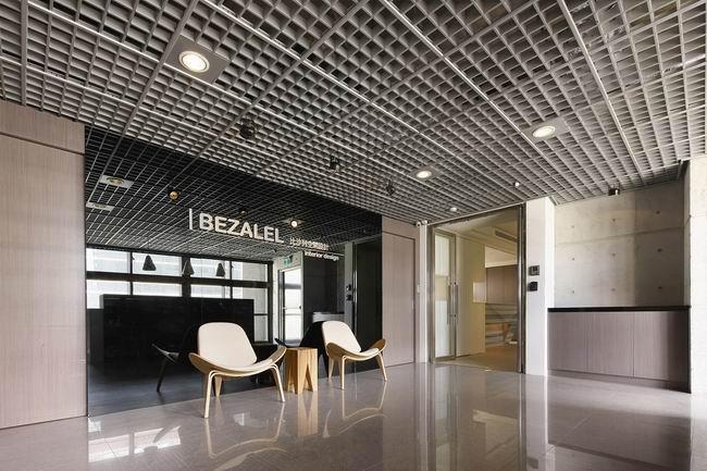 后现代感办公空间装修风格,后现代办公空间设计元素强调形态的隐喻、符号和文化、历史的装饰主义;主张新旧融合、兼容并蓄的折衷主义立场;强化设计手段的模糊性和多样性。主墙面用黑镜衬底将公司LOGO突显出来,奇妙加以躲藏出现完满质感。招待区壁面以线板作出直条纹的外型,展露出有次序且赋有亮感的高雅气氛;端景以夏木树石点出视觉焦点,摆上香槟银箔及烤漆的家私,将空间质感完满出现。  后现代感办公空间装修风格  后现代感办公空间装修风格 1、批判创新后现代简约装修风格强调建筑及室内装修在批判继承历史传统的基础上,摒弃理性