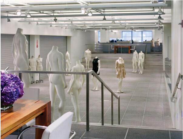 服装设计工作室专注于中高档时尚女装和中大童装的服装设计和研发,专