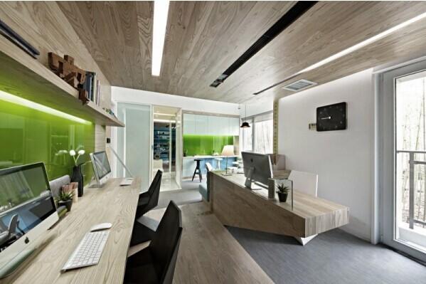 设计师在材料选择上使用了木饰面,白色手扫漆,烤漆玻璃,木地板,办公室图片