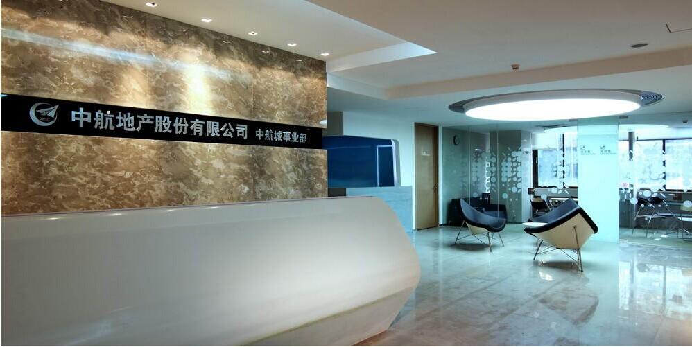 """上海中航地产事业部办公室装修工程,中航地产位于上海的中航城事业部办公室装修工程,小迪首先给大家普及一下事业部""""事业部"""" 是指以某个产品、地区或顾客为依据,将相关的研究开发、采购、生产、销售等部门结合成一个相对独立单位的组织结构形式,事业部有各自独立的产品或市场,在经营管理上有很强的自主性,实行独立核算是一种分权式管理结构,所以事业部办公室装修空间划分上各个职能部门都有所以在空间划分上各个职能部门都要考虑到。"""