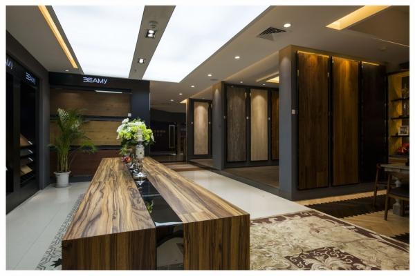 欧洲地板公司办公室设计图,地板公司是以生产、销售为主题的公司所以在办公室设计中设计师加入了很多该公司产品的元素,所以在办公空间功能划分上设计师对于前台以及展厅作为设计的重中之重,在前厅前台设计中设计师在顶面和地面使用了相同材质的材质作为设计点且相互呼应,前台是个三角形使用的材料和地面的部分大理石的颜色一致。  欧洲地板公司办公室设计图  欧洲地板公司办公室设计图  欧洲地板公司办公室设计图,办公室展厅区域设计,为了更能图样展示的展品,所以在展厅地面装修上设计师使用的是白色地砖来衬托要展示的地板,而且地板展