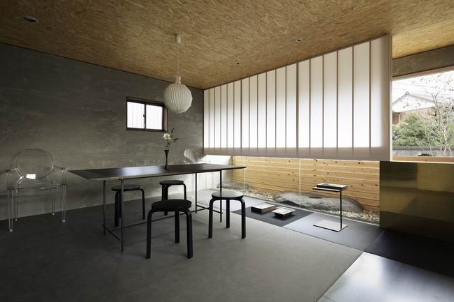 日式风格景观设计办公室,日式办公室装修风格空间造型极为简洁,墙面上使用木质构件作方格几何形状与细方格木推拉门、窗相呼应,空间气氛朴素、文雅柔和。中国与日本有着很深的渊源,因此这种意境和中式风格颇有相似之处,但是中式风格略显精雕细琢,丰富多彩一些。  日式风格景观设计办公室,日式装修风格的特点是淡雅、简洁, 给人宁静、清幽的感觉,备受现代人的喜爱。  日式风格景观设计办公室,日式装修风格直接受日本和式建筑影响,讲究空间的流动与分隔,流动则为一室,分隔则分几个功能空间,空间中总能让人静静地思考,禅意无穷。日