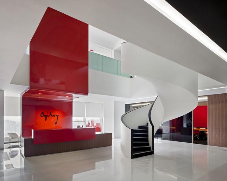 办公室大厅的装饰设计方案,突出视觉中心点 在办公室大厅装饰设计中,设计中心点可起到凝聚客户视线或标明位置的作用,如在办公室大厅设置主题雕塑或其他主题饰物,除具观赏性外,还可使大厅显得更为精美和富有文化意味。
