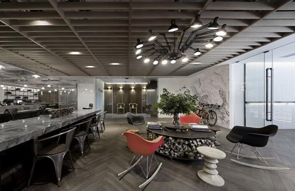 办公室高科技风格的设计特点,高科技风格是现代主义风格随着科技发展而派生出的新设计流派,它强调空间造型的现代感和奇特感,使设计常采用非对称的、非传统的构造形式,在设计中大量采用金属材料、玻璃材料、合成材料以及新材料、新技术、新工艺。  高科技风格设计造型上大胆创新,同时造型也更加灵活和流畅,传统的造型装饰要素不再取用,如柱子的上楣、墙裙、挂镜木线、石膏角线、木角线等,取而代之的是大块面的玻璃金属结构造型、现代合成材料的组合饰面,在构造元素上如楼梯栏杆、扶手、固定造型体等配置上,采用精制加工金属、玻璃成品组装