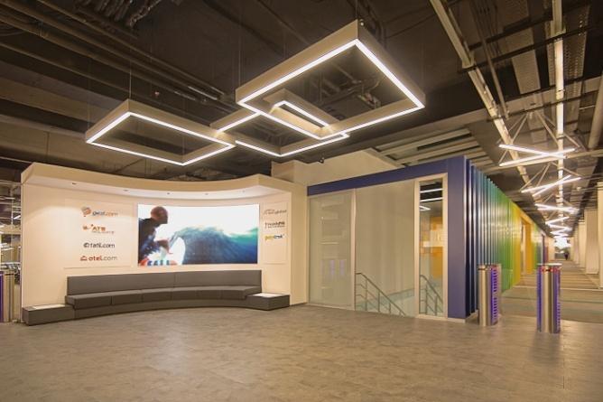 国外旅行公司办公室设计,国外办公室设计在色彩使用上是令人惊叹的,这个旅行公司办公室设计在色彩运用上也不另外,光看前厅的背景墙是有无数个鲜艳色彩的块状搭建的有凹凸不平感,在走廊的设计上也是使用了无数根木质材料涂上各种材料做的隔墙,不仅起到了隔断的作用而且还给空间增添了色彩。  国外旅行公司办公室设计  国外旅行公司办公室设计  国外旅行公司办公室设计