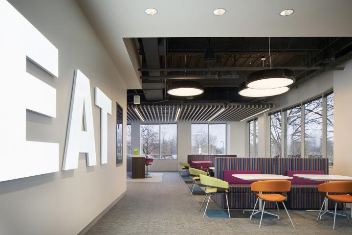 办公区的装修设计参考前台的淡蓝色和白色,是的整个装修设计格调和谐