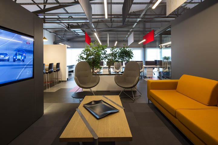 """新型网络技术公司办公室装修,该公司是新一代支付平台,为应用app、移动支付和订阅支付提供服务。新型网络技术公司以充满活力的年轻人为公司主力军,设计以此为设计出发点。运用动感活泼的室内建筑语言以及装饰面材打造一个青春活力的公司形象。在规划过程中,自然光是优先考虑的因素,因此所有工作场所都拥有良好的自然光线。在研究了企业内部各部门之间的关系后,设计以景观元素界定各部门单元。尤其是办公空间和花园之间的关系,更促进了景观设计概念在室内的延伸与运用。  新型网络技术公司办公室装修  由于公司主张""""开放式"""