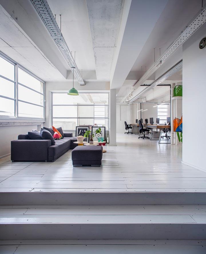 动漫设计工作室装潢、精彩的涂鸦墙、漂亮的木构造和饰面、时尚的抛光水泥地面、极具创意的艺术造型、定制设计的灯具与家具、激发创意灵感、充满青春活力的工作场所本案的设计挑战是如何在工业风的美感中运用兼容并蓄的设计手法,以环境映射出公司的企业文化和价值理念:一个能激发创意灵感、充满青春活力的工作场所。  动漫设计工作室装潢 设计以纯净的白色墙面、工业质感的白色顶面、以及陈旧的混凝土地面,营造出一个简约纯粹的背景空间,以此衬托精心定制设计的家具和缤纷的色彩元素。裸露的管道、极简的空间、以及自然的材质(橡木、铁、和O
