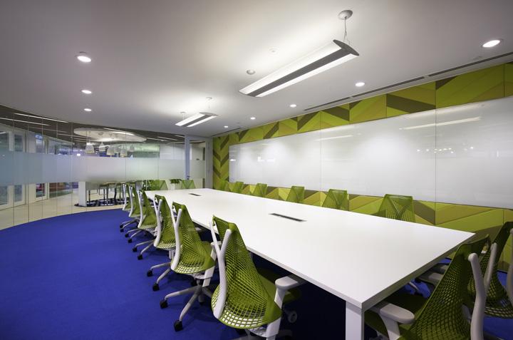 通信公司总部办公室装修方案,设计师深入了解公司全新的发展方向和内部的变革重组,提出与之发展理念相契合的综合性设计方案。大量休闲会议室和协作空间不仅满足多元化的工作需求,还创建了一个丰富多彩、充满活力的工作氛围。鼓励员工在一个开放共享的空间里打破常态、放飞思想、尽情释放自己的潜能,促进更多的交流与思想碰撞。  通信公司总部办公室装修方案  通信公司总部办公室装修方案  通信公司总部办公室装修方案  通信公司总部办公室装修方案  通信公司总部办公室装修方案  通信公司总部办公室装修方案  通信公司总部办公室装