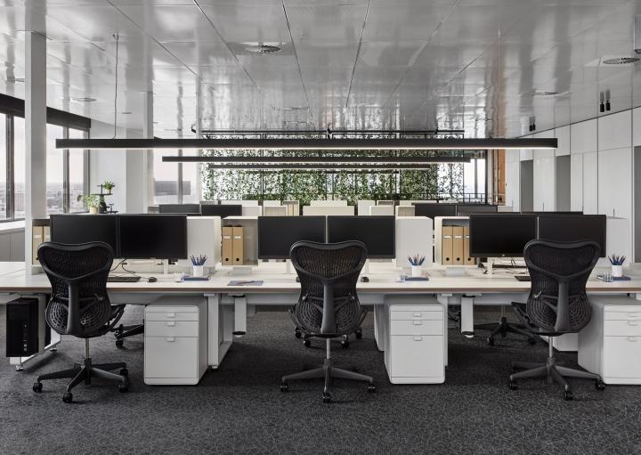 奢华地产公司办公室设计方案,地产公司办公室设计方案要拿捏的准确到位,地产公司不同于一般的公司,地产公司在国内是认为有实力的代名词,所以在地产公司办公室设计上要有奢华感,虽然这个办公室是以黑白色调为设计主色调但是设计师在用材上比较考究奢华感依旧。  地产公司办公室设计方案  地产公司办公室设计方案  地产公司办公室设计方案  地产公司办公室设计方案  地产公司办公室设计方案  地产公司办公室设计方案