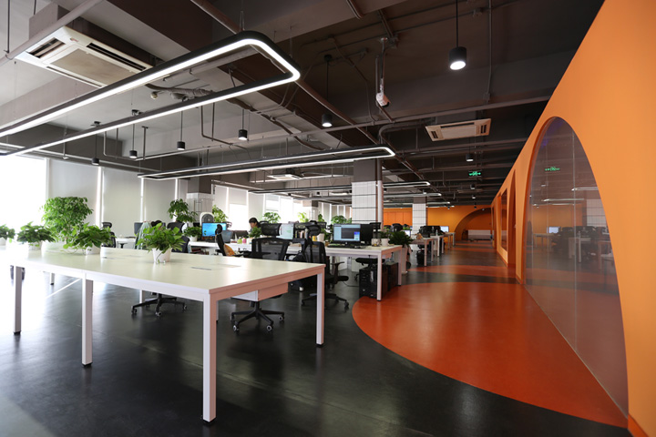 """优锘IT科技公司办公室装修,办公空间设计设计师利用""""空间中的空间""""这一思路来表达。在大空间中嵌入一个小空间,大空间即为工作空间,与之对应的小空间则是讨论、储藏、会议等空间。到达公司所在楼层后会进入一个独立空间,空间尽端设一玻璃景窗,是进入主入口前人们对内部的第一印象。"""