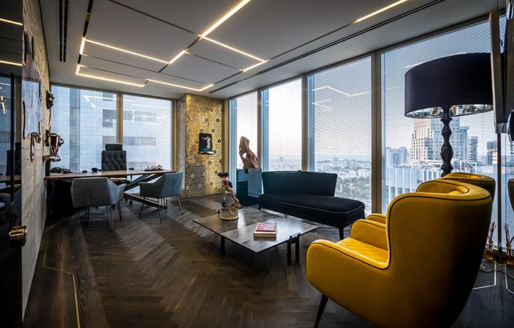 投资基金公司办公室设计,以繁复的细节设计结合企业家的独特品味来表达个性化的空间,黑白相拼的菱形大理石地面铺贴带来强烈的视觉张力和自然动线,将人们引入室内空间。这种不断重复、对比鲜明的地面铺贴方式,主导了整个空间氛围,强大的视觉特性模糊了传统的边界和空间等级,让空间有着精品酒店般的气质。光泽感和透明性是建立核心空间的主要特征。因为基金公司更多私密性的需求,设计团队采用镜面大理石、多种质地的玻璃和图形肌理去创建以封闭空间为主的工作环境。  投资基金公司办公室设计  投资基金公司办公室设计  投资基金公司办公室