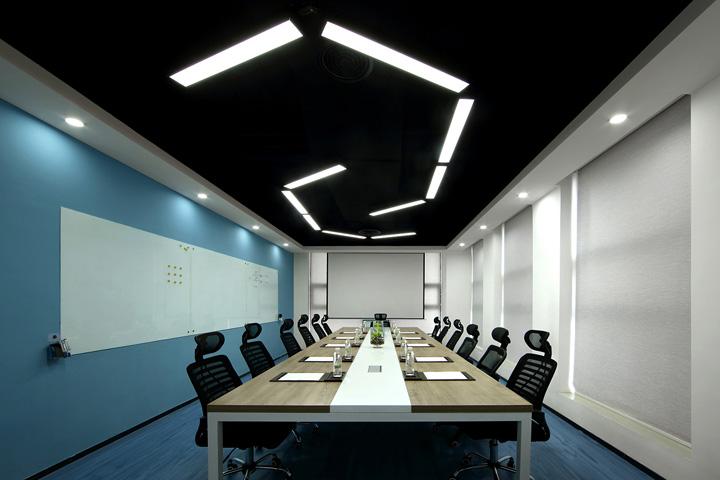 无论是开放式办公区,会议室,洽谈区还是演讲大厅,随处可见的阅读休息
